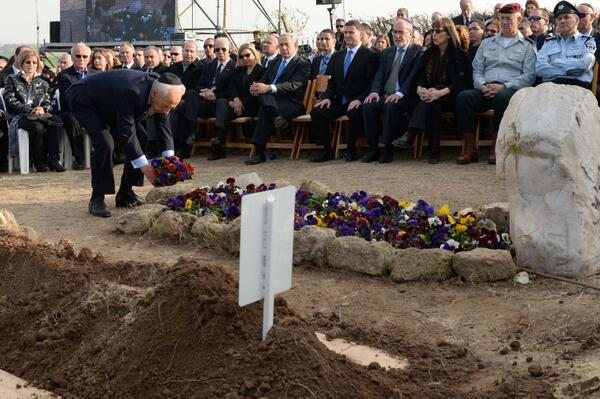 President Peres put flowers om grave Ariel Sharon