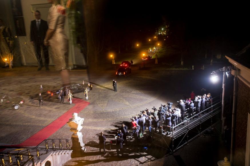 Aankomst president Obama bij Paleis Huis ten Bosch. Foto gemaakt door één van de ramen van het paleis.