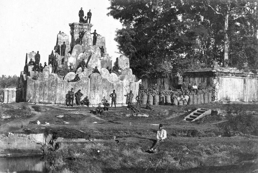 Militairen van het KNIL bij de sultansgraven te Kota Goenoengan in Koetaradja tijdens de tweede Atjehexpeditie